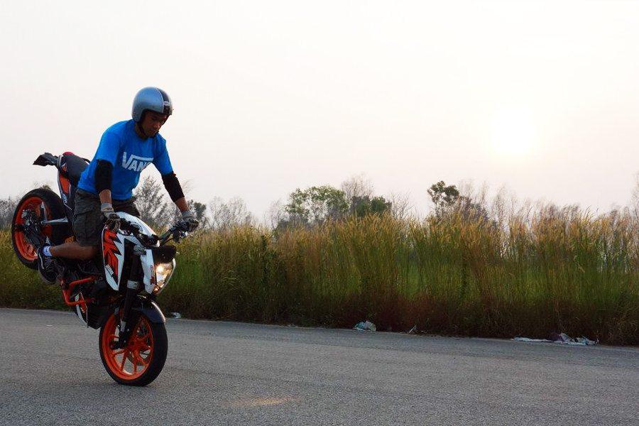 KTM Duke 200 Stoppie